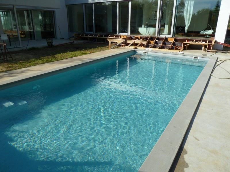Pool mit hellgrauer folie schwimmbad und saunen for Pool mit folie auskleiden